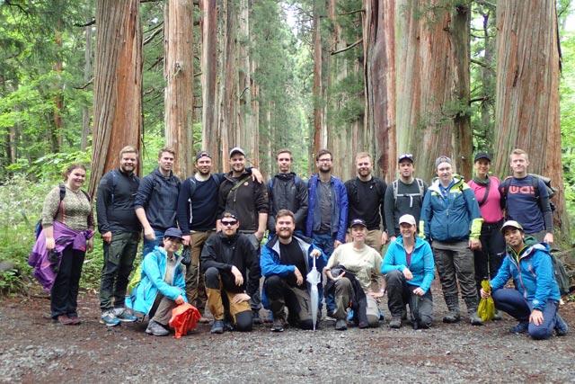戸隠神社奥社にて。立派な杉並木は彼らにもインパクト大でした
