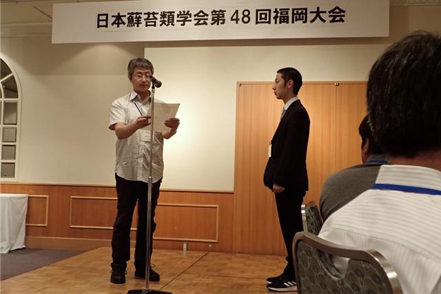 受賞の様子。右が細野さん(写真提供:ミュージアムパーク茨城県自然博物館 鵜沢 美穂子氏)