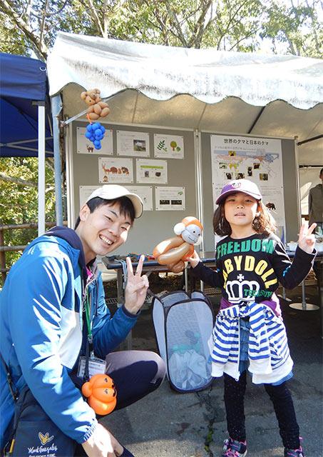 バルーンアートを体験した子供と(左は本学学生)