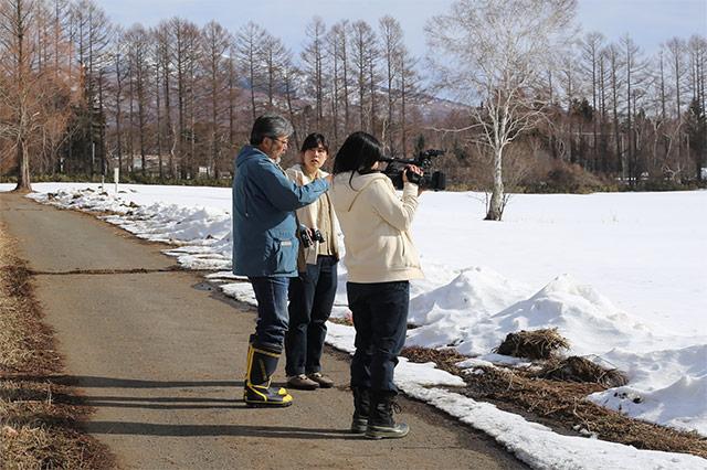 雪原に残る足跡を観察