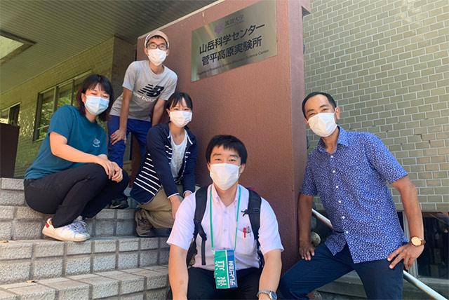 滝口記者と取材を受けた津田研究室メンバー